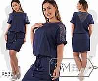 Платье-блузон мини из летнего джинса с кулиской по поясу, гипюровой отделкой коротких рукавов-кимоно, косых карманов и V-декольте на спинке X8329