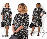 Платье-футляр миди прямое из принтованного трикотажа соты с рукавами-колокол 3/4 и ювелирным, 1 цвет