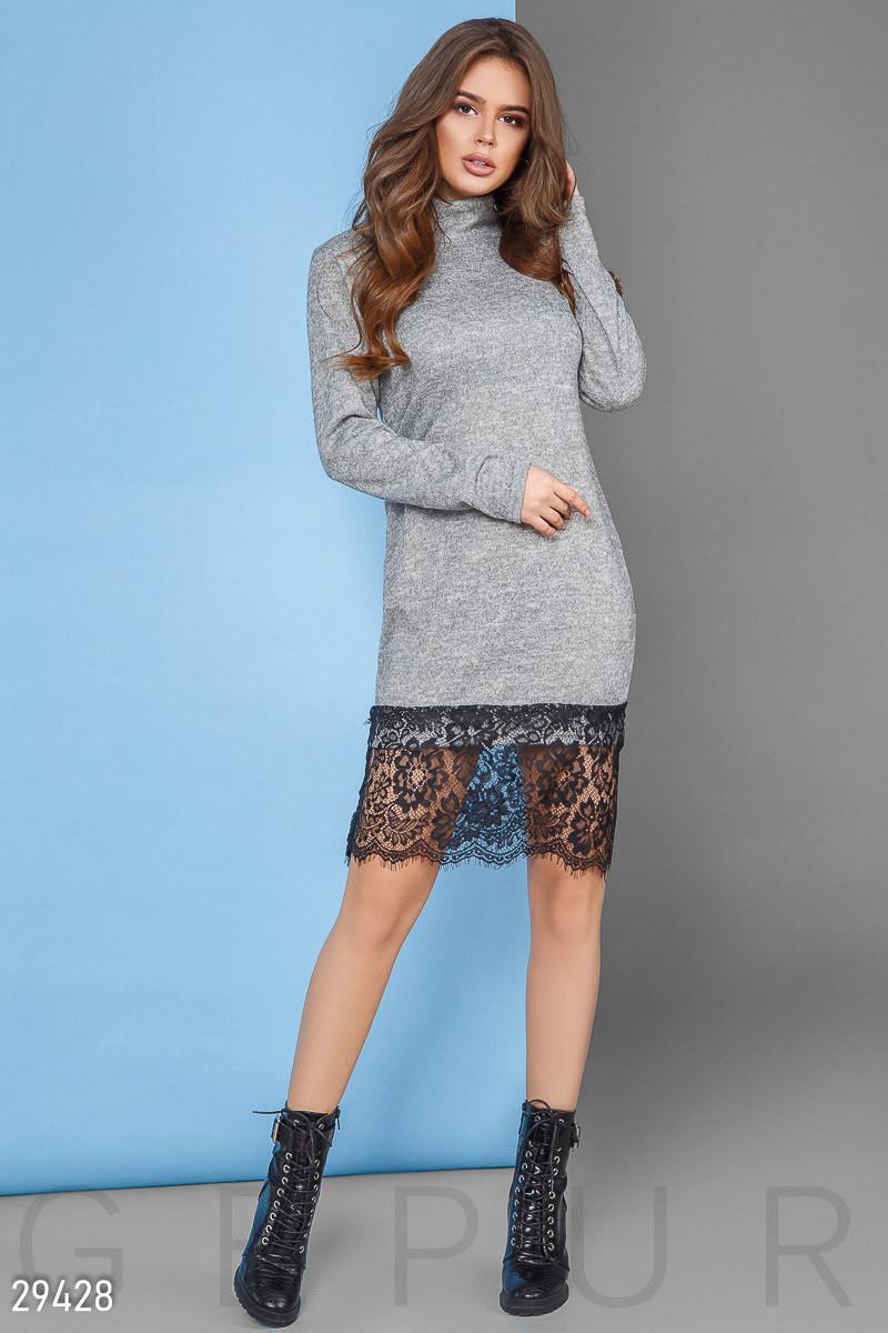 Трикотажное платье серого цвета с кружевной отделкой