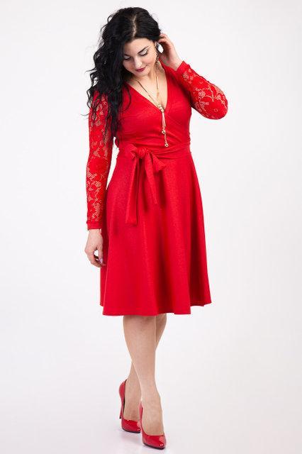 Красное женское платье с пышной юбкой