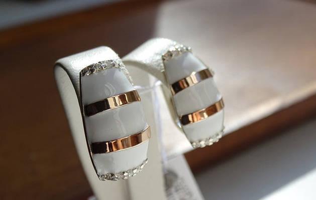Эксклюзивные серебряные серьги с золотыми пластинками и белой эмалью