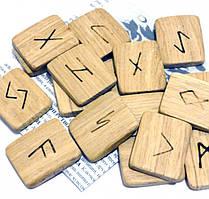 Набор деревянных рун для гадания с аннотацией Дуб