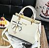 Модная женская сумка с брелком Бежевый