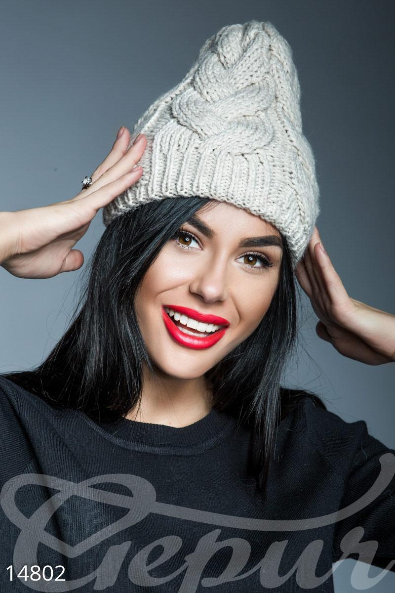 Женская теплая шапка кремового цвета вязаная