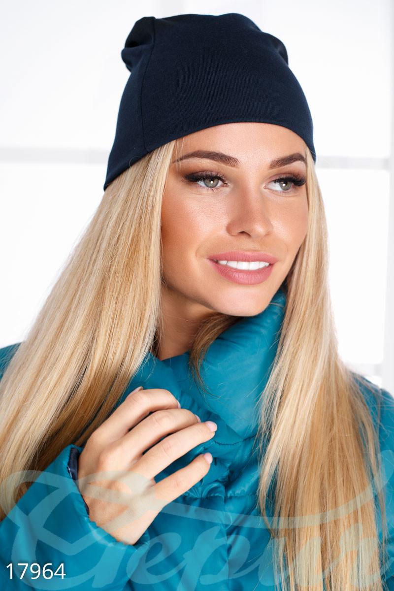 Однотонная демисезонная шапка синего цвета