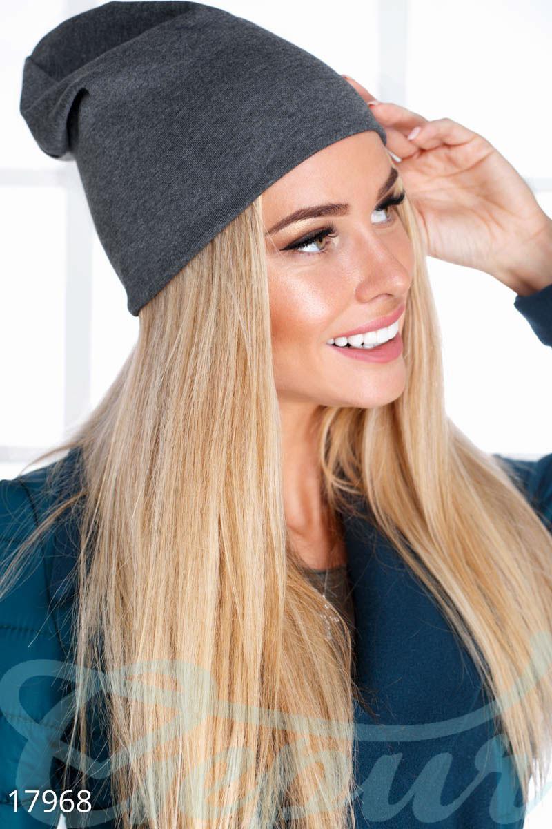 Однотонная демисезонная шапка серого цвета