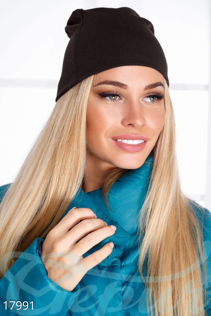 Однотонная демисезонная шапка коричневого цвета
