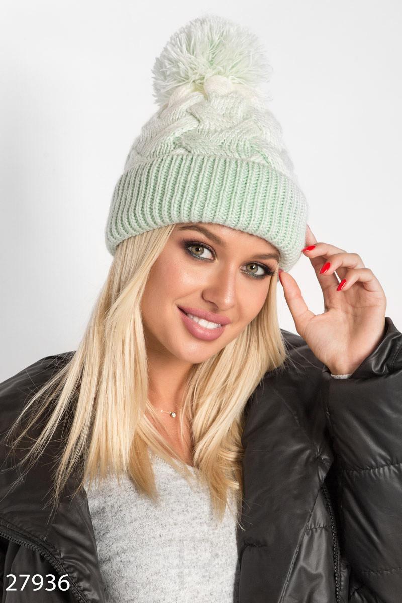 Зимняя шенская шапка крапной вязки зеленого цвета с помпоном и подкладом