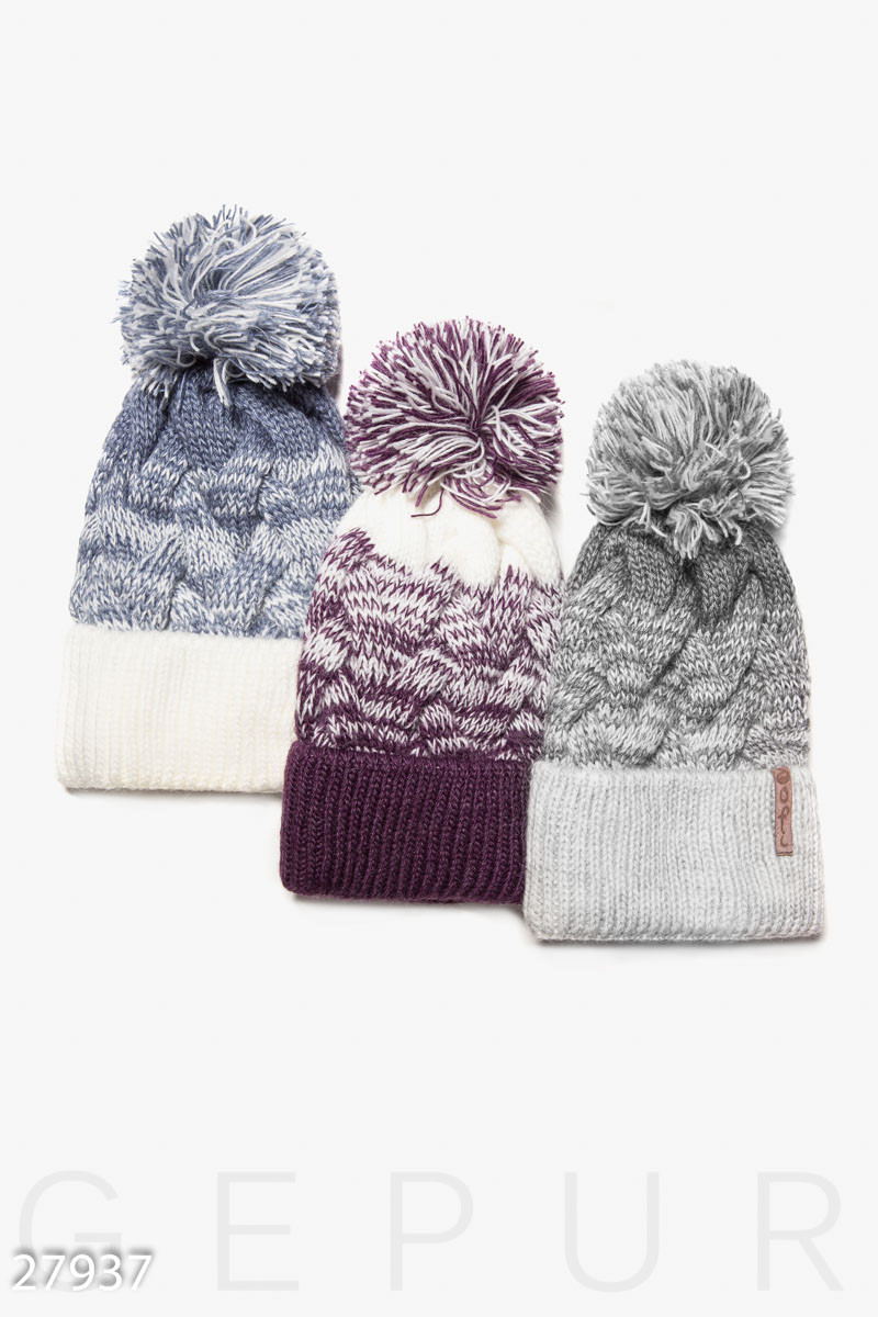 Зимняя шенская шапка крапной вязки фиолетового цвета с помпоном и подкладом