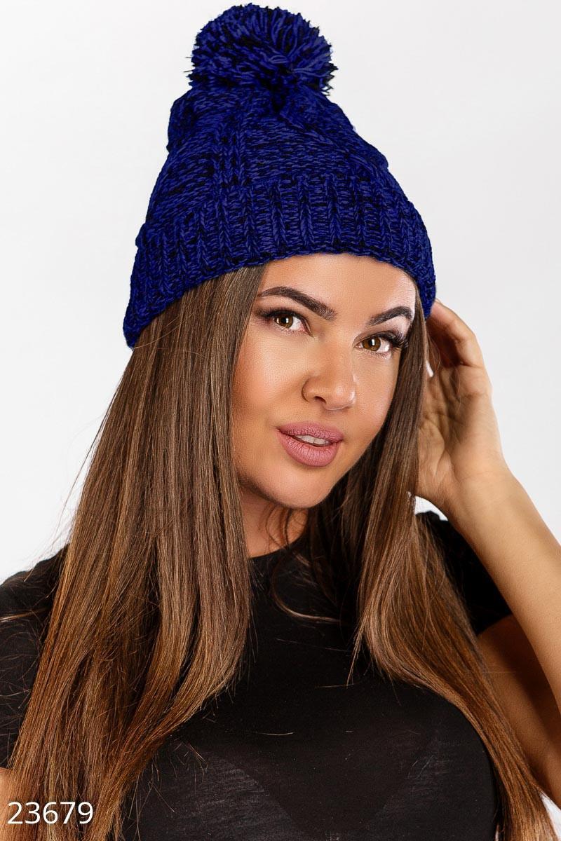 Вязаная теплая шапка синего цвета с помпоном