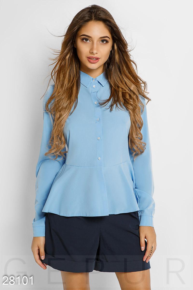 Офисная рубашка голубого цвета с баской