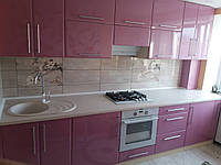 Пряма кухня з рожевими глянцевими фасадами