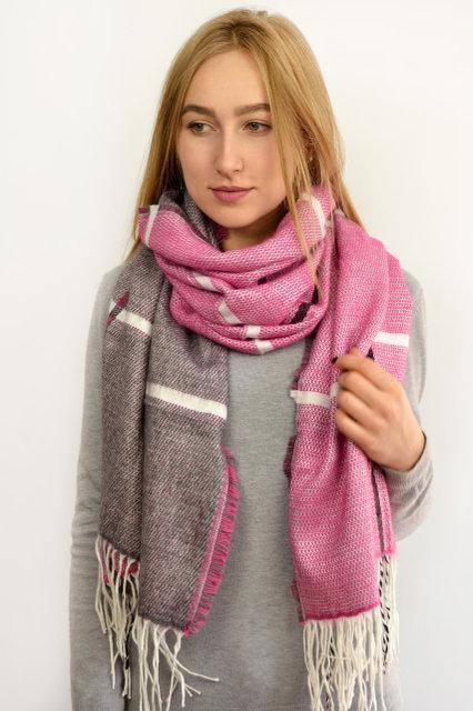 Стильный женский шарф цвет розовый в клетку