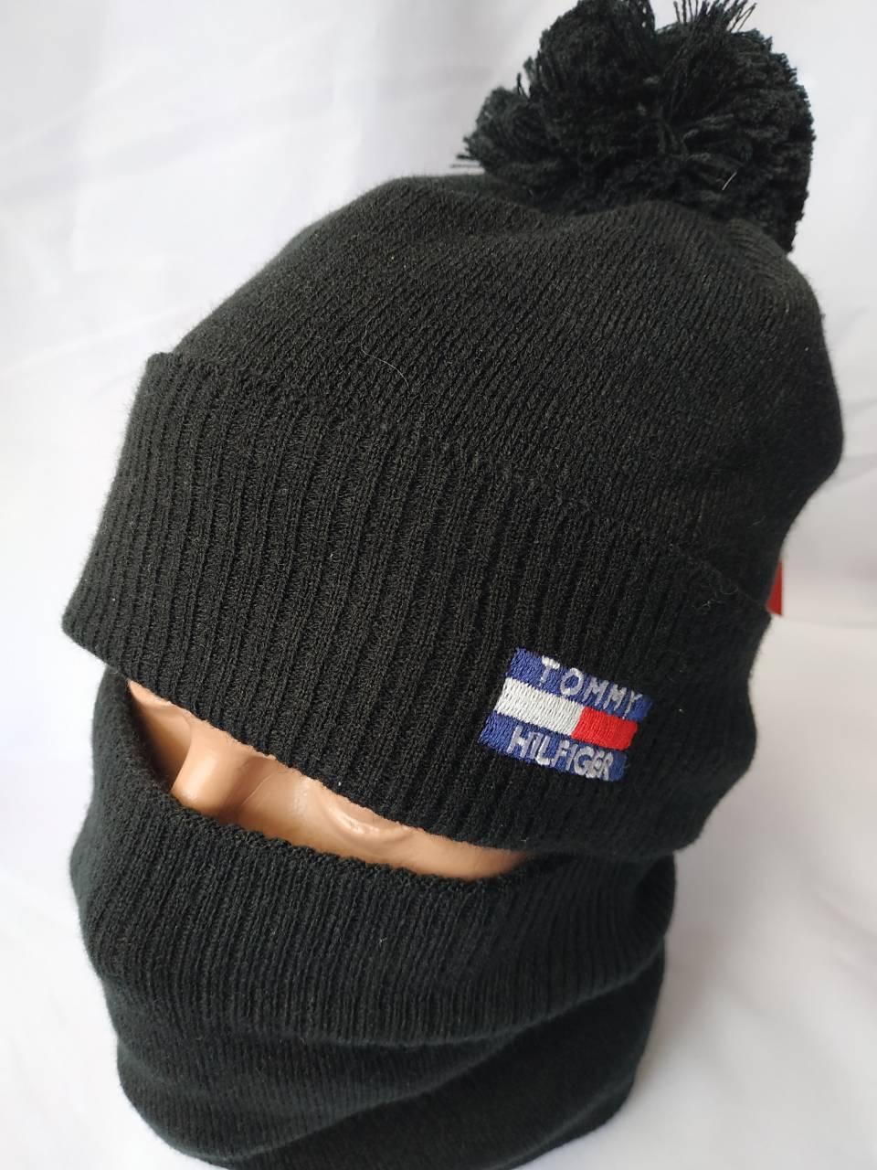 """Чоловічий набір """"Томмі Хілфігер"""" складається з шапки з помпоном і снуда"""