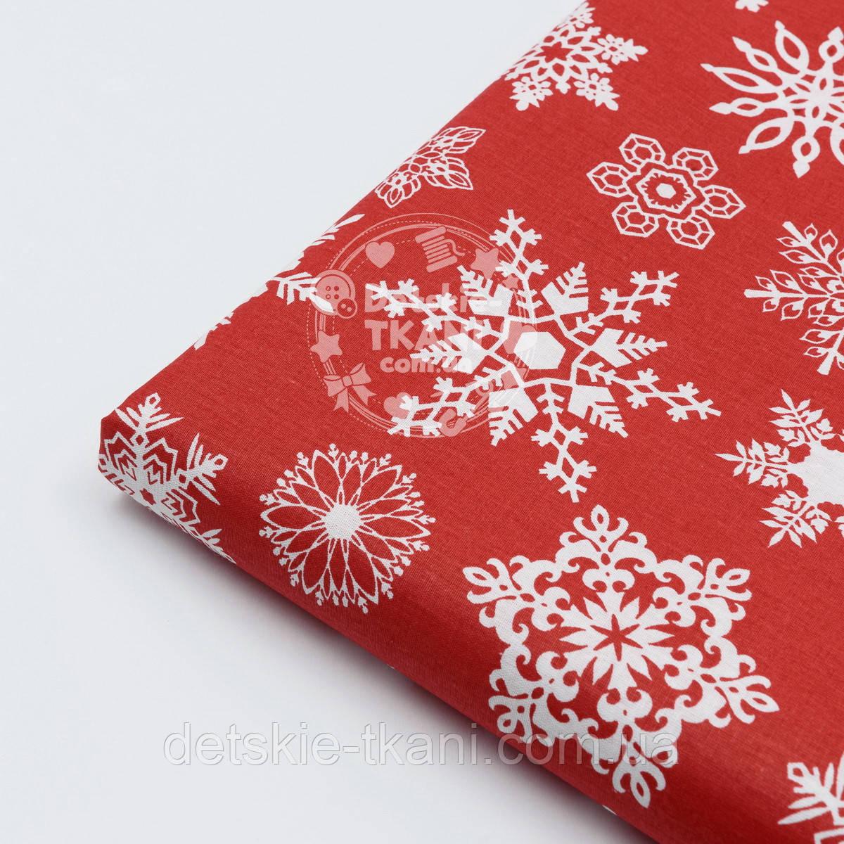 """Лоскут поплина с новогодним рисунком  """"Фигурные снежинки"""" белые на красном №1604, размер 31*120 см"""