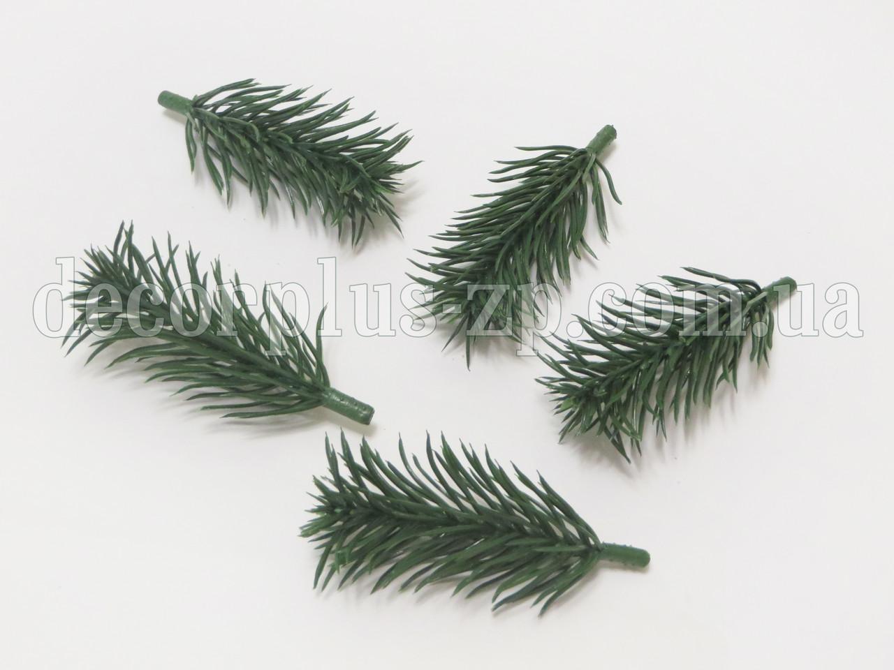 Веточка ели зеленая 8см