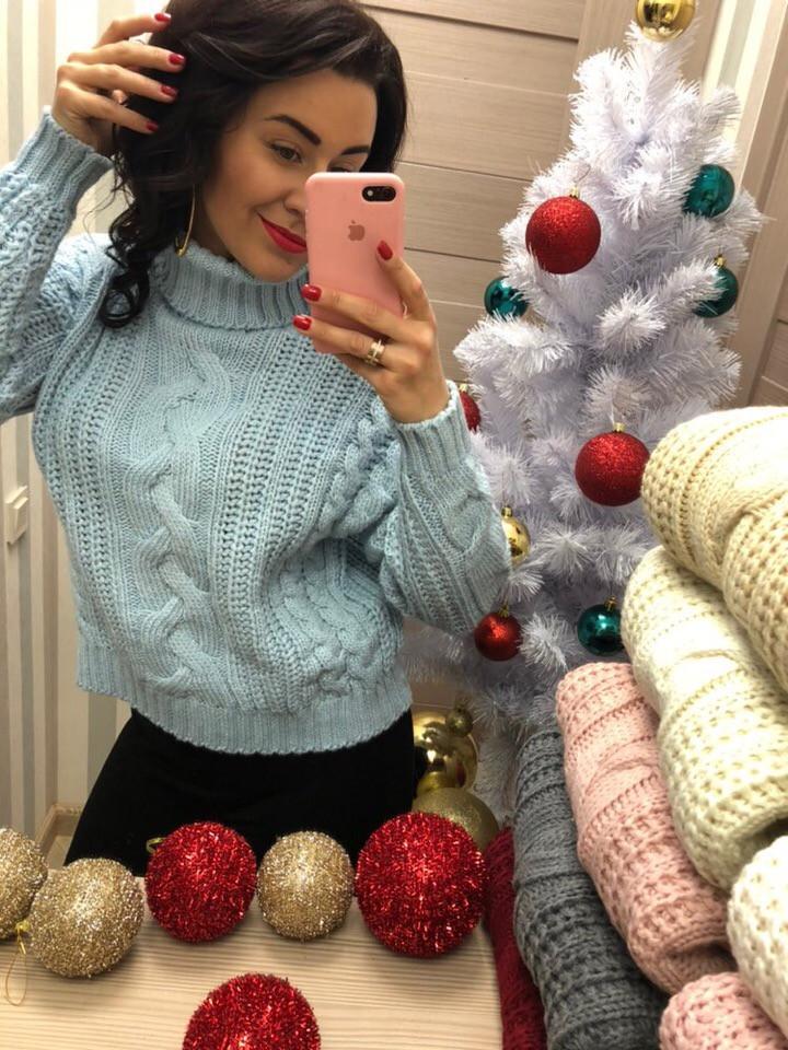 Нежно-голубой свитер красивой вязки