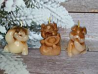 Подарочный набор из трех фигур свечи ручной работы Три поросенка. Общий вес 250 г. Презент на новый год