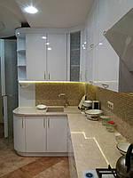 Велика біла кухня з підсвіткою, МДФ фасадами та скляними вставками, фото 1