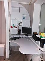 Комп'ютерний стіл з надбудовою