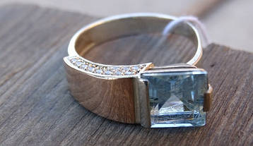 Серебряное кольцо с золотыми пластинами и топазом