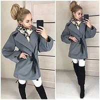 Женское пальто с объёмными рукавами на поясе
