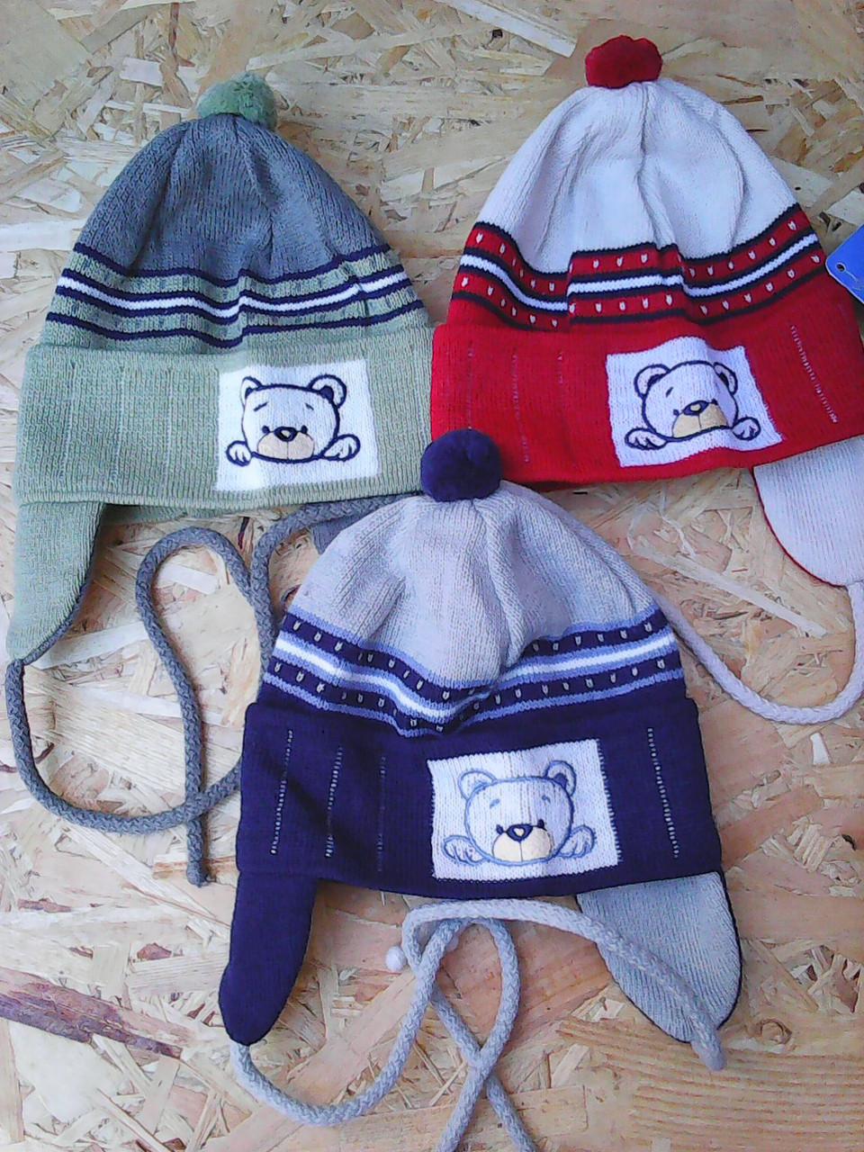 Вязанная весенняя шапочка для мальчика с завязками,