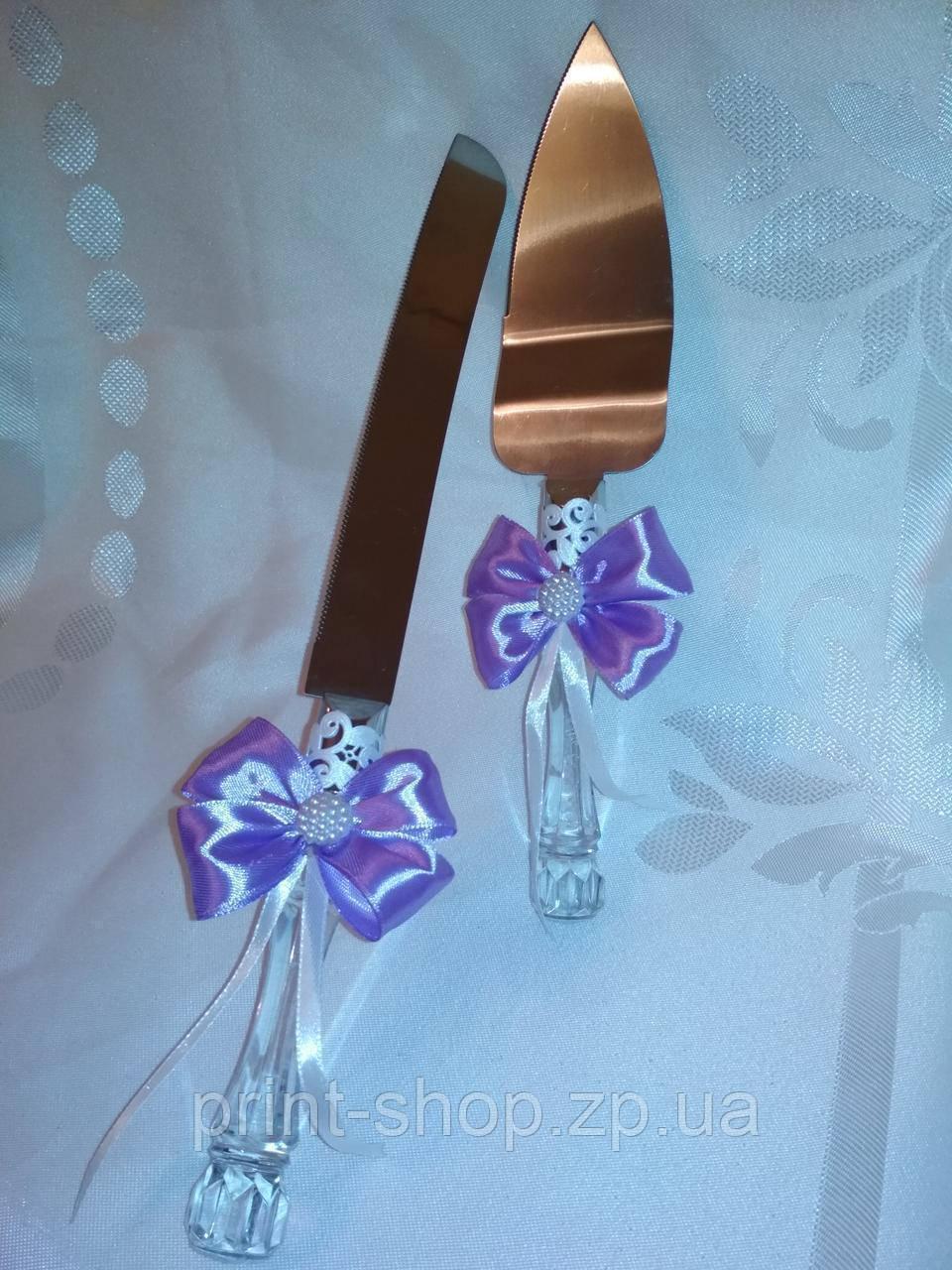 Нож и лопатка для свадебного торта в сиреневом цвете