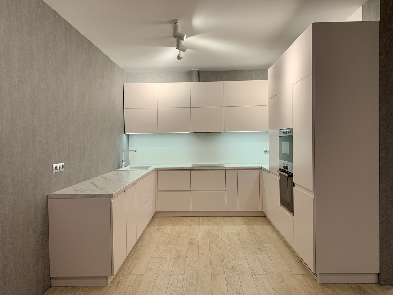 Кухня біла матова з рожевим відтінком. хіт 2019 року