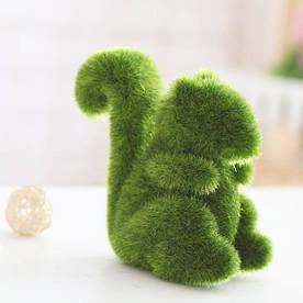 Декоративная фигурка Белка из искусственного мха трава 12 см