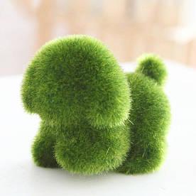 Декоративная фигурка Собака из искусственного мха трава 12 см