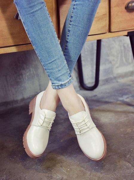 Белые женские лоферы на шнуровке