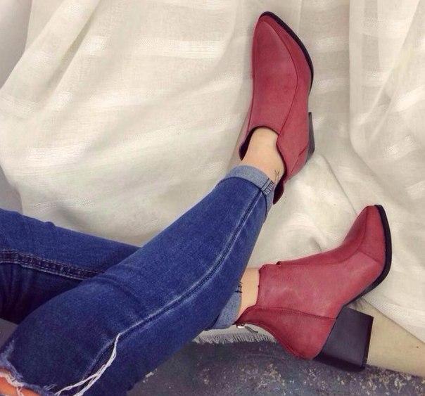 Красные ботинки с острым носком