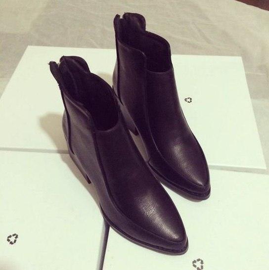 Черные ботинки с острым носком