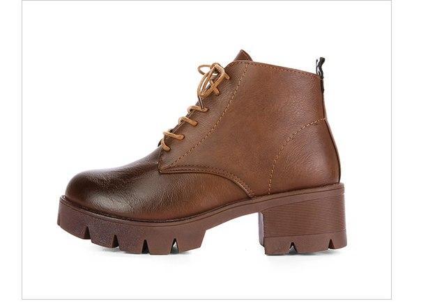 Коричневые ботинки с потертым носом на шнуровке