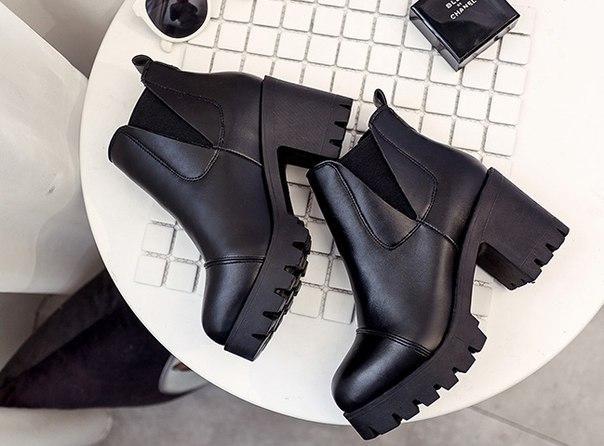 Черные укороченные ботинки на тракторной подошве