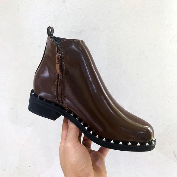 Коричневые короткие ботинки с заклепками