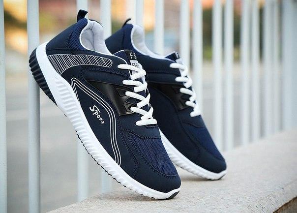 Удобные спортивные кроссовки с синей полосой
