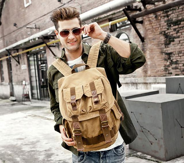 Большой рюкзак на плечах мужчины