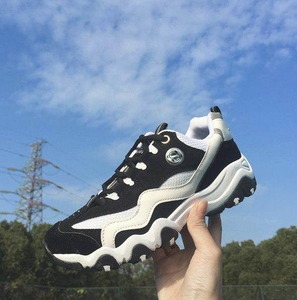 Беговые женские кроссовки черного цвета