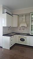 Кухня с крашенными матовыми фасадами и декорами