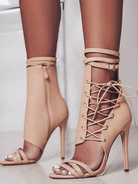 Стильные бежевые босоножки на шнуровке и с молниям