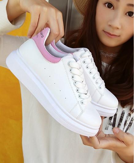 Дешевые женские кроссовки с розовым задником и надписью