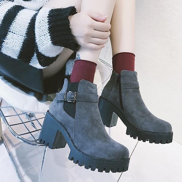Серый ботинки с ремешком на тракторной подошве