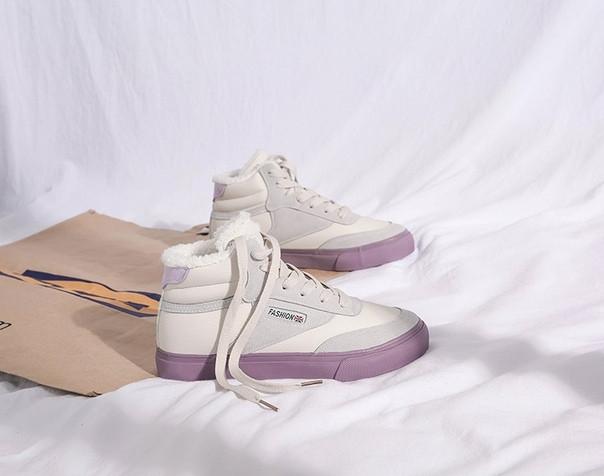 Белые зимние кеды на фиолетовой подошве