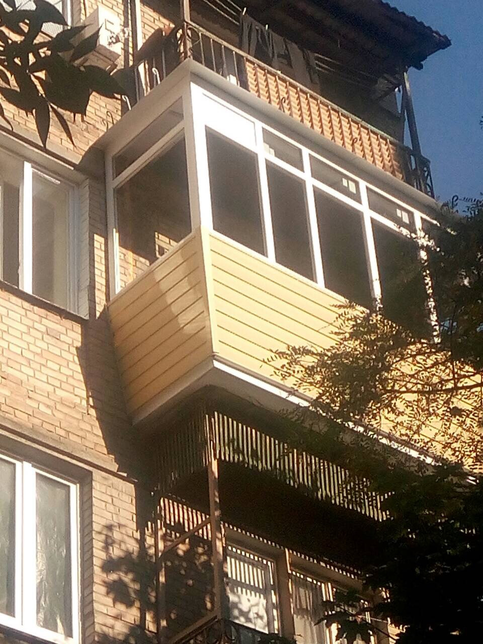Балкон из профиля Rehau с наружной обшивкой сайдингом