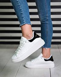 Женские кроссовки на меху Alexander McQueen белые с черным задником топ реплика