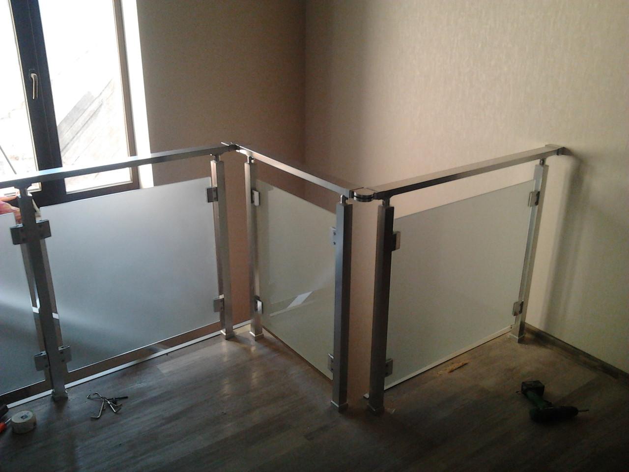 Алюминиевые перила квадратные со стеклом