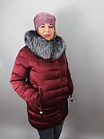 Короткая женская куртка с мехом чернобурки на наполнителе био-пух в бордовом и синем цвете большие размеры