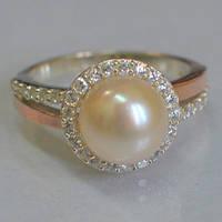 Серебряное кольцо с золотыми накладками с натуральным белым жемчугом и фианитами 401